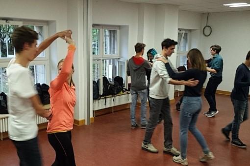 Schülergruppe beim Tanzkurs | mein-tanzlehrer.de in Berlin